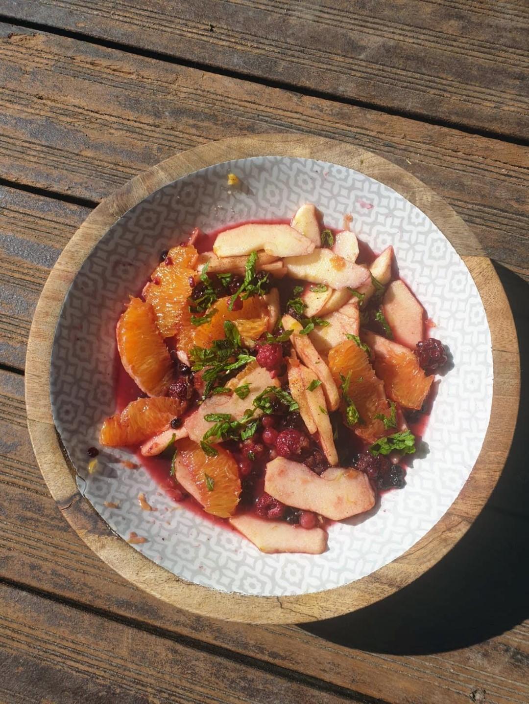 salade de fruits de saison à l'hydrolat de rose, menthe fraîche